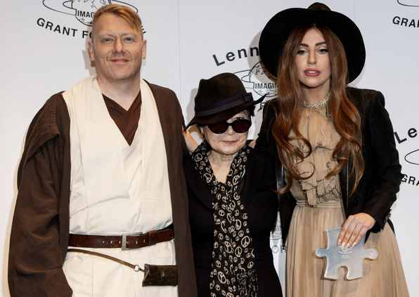 Lady Gaga, Yoko One and Reykjaviks mayor Jón Gnarr (Photo from hungeree.com)